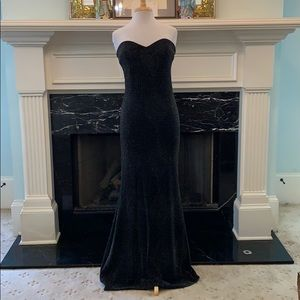 """NWOT """"Trixxi"""" blk w/ silver threads backless gown"""